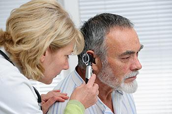 Wann zum Arzt bei Ohrenschmerzen